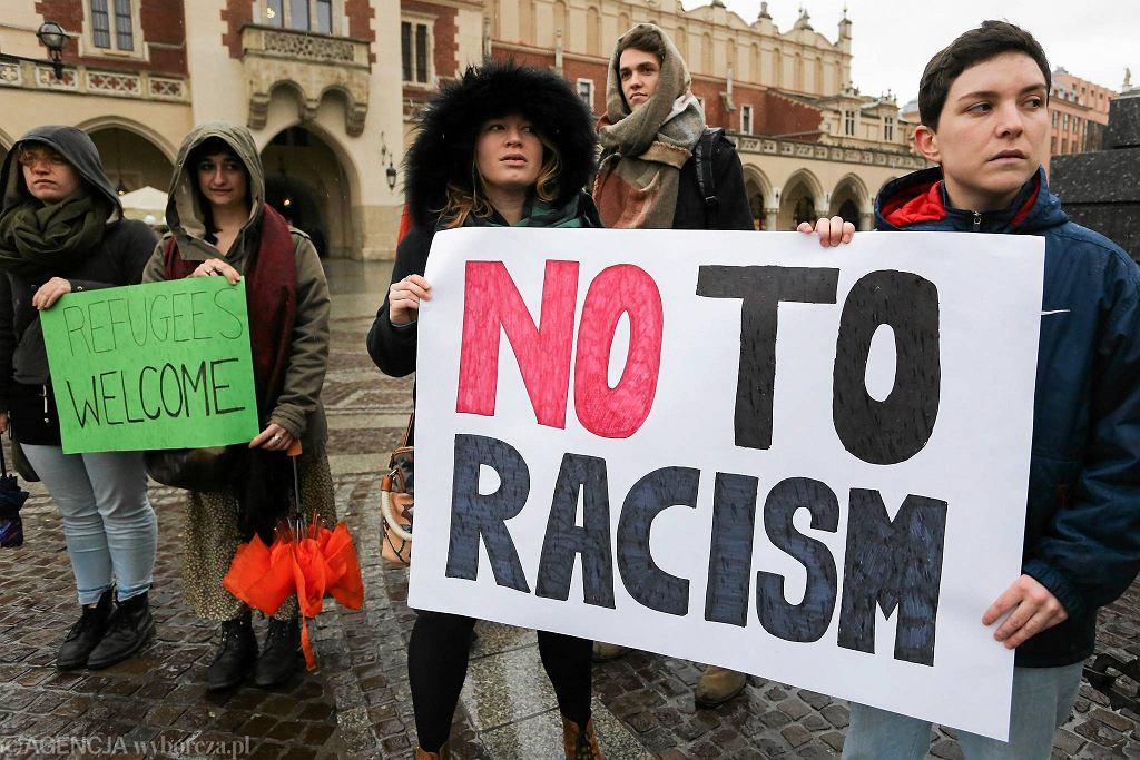 Manifestacja przeciwko rasizmowi na Rynku Głównym w Krakowie