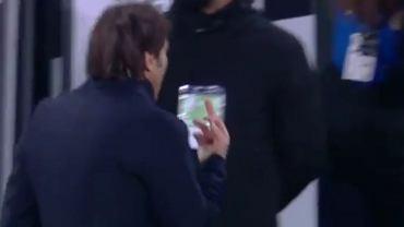 Antonio Conte pokazuje środkowy palec