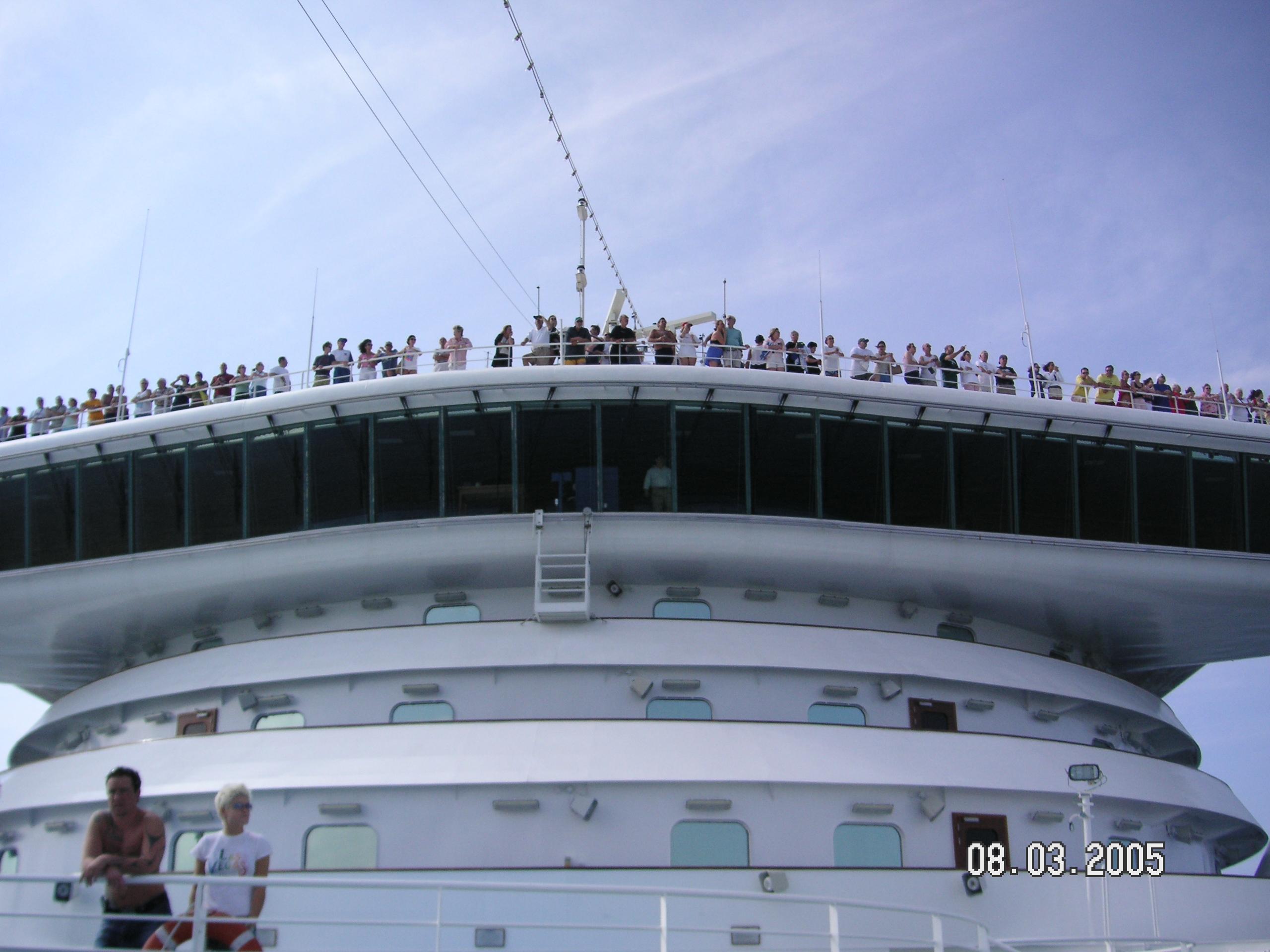 Pasażerowie na tarasie widokowym nad mostkiem kapitańskim (fot. Archiwum prywatne)