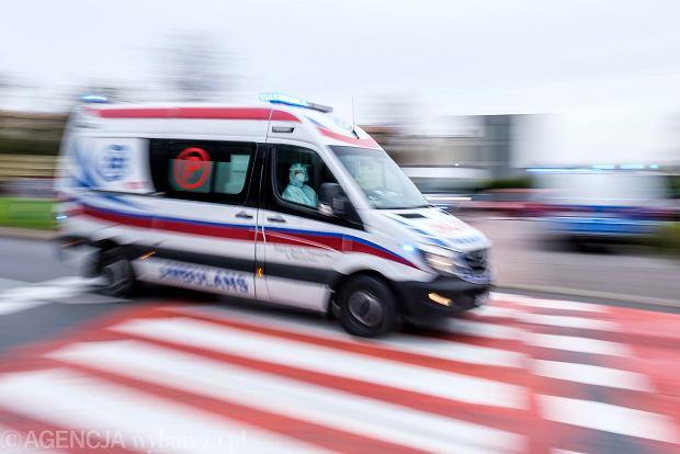 Ratownicy medyczni musieli jeździć kilka godzin z pacjentem od szpitala do szpitala, szukając wolnego miejsca