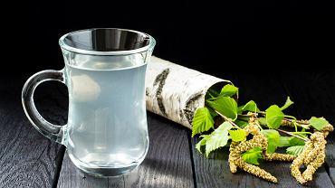 Sok brzozowy - przechowywanie. Najlepiej sprawdzi się do tego celu szklane naczynie. Zdjęcie ilustracyjne, 13Smile/shutterstock.com