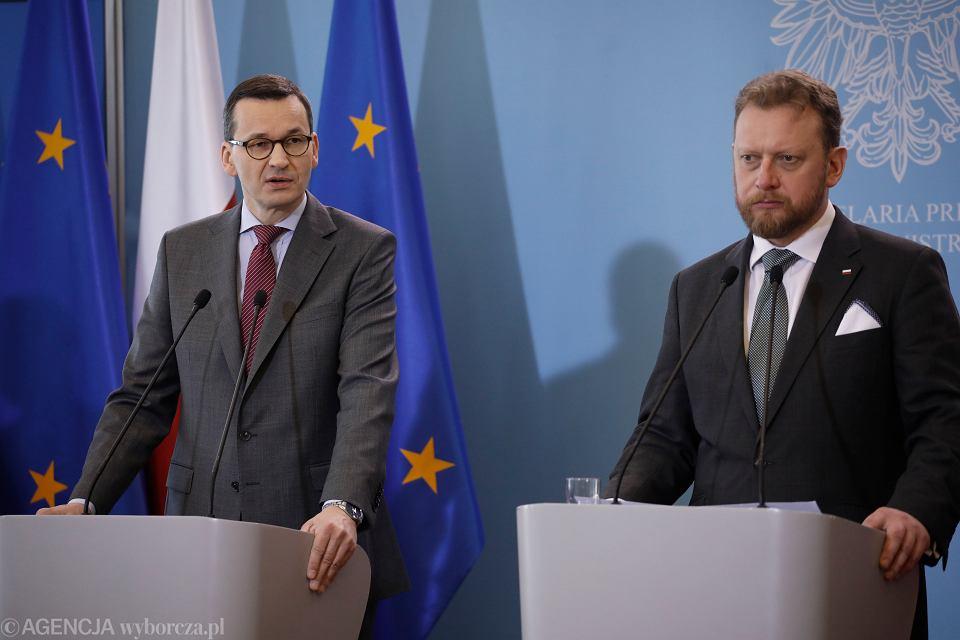 Premier rządu Mateusz Morawiecki i minister zdrowia Łukasz Szumowski podczas konferencji prasowej