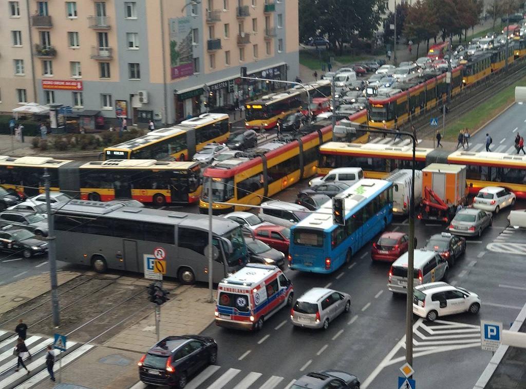 Tetris na Ochocie. Korek na skrzyżowaniu Grójeckiej i Wawelskiej