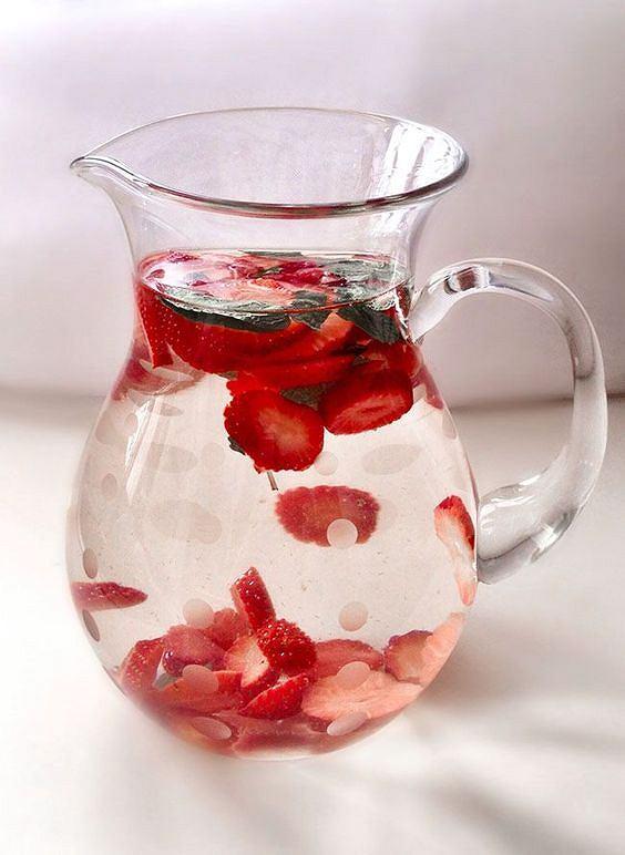 Woda z dodatkiem truskawek nabiera wspaniały, owocowy smak