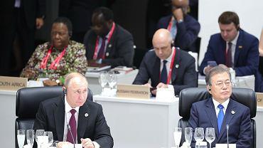 Władimir Putin i prezydent Korei Południowej Mun Jae-in. Obok prezydenta Rosji - słynny z G20 kubek