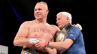 Łukasz Różański (z lewej) i Marian Basiak (z prawej) po walce o mistrzostwo Polski przeciwko Izu Ugonohowi. W niedzielę pokonał w 1 rundzie Artura Szpilkę!