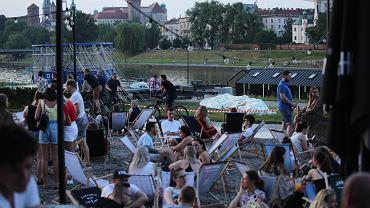 Pandemia koronawirusa. Tłumy w knajpach nad Wisłą - po zluzowaniu obostrzeń. w Kraków, 13 czerwca 2020