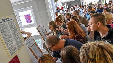 4.07.2019, Zielona Góra, wywieszenie list przyjętych do pierwszych klas w V LO.