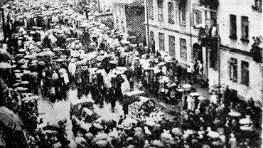 Zdjęcie z ''Kuriera Lubelskiego'' z pogrzebu uczniów ''siedemnastki'', na który przyszło kilka tysięcy ludzi. 13 jednakowych, białych trumien jechało jedna za drugą na furgonetkach