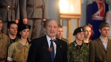 Antoni Macierewicz informuje o zaangażowaniu MON w rozwój polityki historycznej podczas wizyty w Zespole Szkół im. Michała Konarskiego w Warszawie