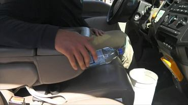 Nigdy nie zostawiaj butelki z wodą w aucie. Strażacy ostrzegają, że może się to skończyć tragicznie