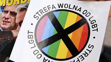 Naklejki z napisem 'strefa wolna od LGBT' dodawane do Gazety Polskiej