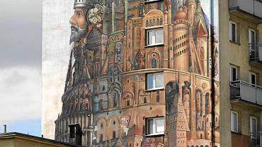 Tomasz Sętowski, jeden z najbardziej uznanych współczesnych polskich plastyków, zaprojektował mural na ścianie szczytowej ośmiopiętrowego budynku przy pl. Biegańskiego w Częstochowie. Osobiście wykonał pewne detale, resztę projektu wykonali Marek Laskowski, Mikołaj Sętowski, Tadeusz Kiedrzynek i Filip Krzyształowski, którzy tworzą grupę Dreamers, czyli Marzyciele.</p> - Możliwość wkomponowania malowidła w pejzaż, stworzenie wielkiej iluzji rzeczywistości stały się dla mnie dodatkową pokusą, gdy decydowałem, czy chcę coś tworzyć na tej ogromnej ścianie - opowiadał Tomasz Sętowski zaraz po tym, jak miasto ogłosiło, że mural powstanie. - Wtedy też od razu przyszła mi na myśl biblijna historia o wieży Babel. To temat powielany w sztuce po wielokroć, bo ciekawy, jak w ogóle tematy z Biblii czy mitologii. </p> Pośród schodków, balustradek, wieżyczek, krużganków, daszków, witraży i okienek swojej wieży artysta ulokował rozmaite postacie. Tu srebrzy się rycerz na koniu, tam majaczy kolorowy błazen, ówdzie ktoś wyprowadza psa na spacer. Pełna zakamarków wieża utrzymana jest w złocistych brązach, oliwkowych zieleniach, fioletach i błękicie. A pierzaste obłoczki tylko patrzeć, jak wypłyną z namalowanego nieba na to prawdziwe.