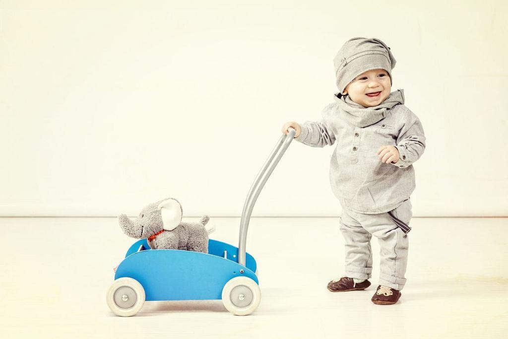 Pchacz pomoże dziecku stawiać pierwsze kroki. Ważne, aby wybrać taki, który będzie stabilnym i pewnym podparciem.