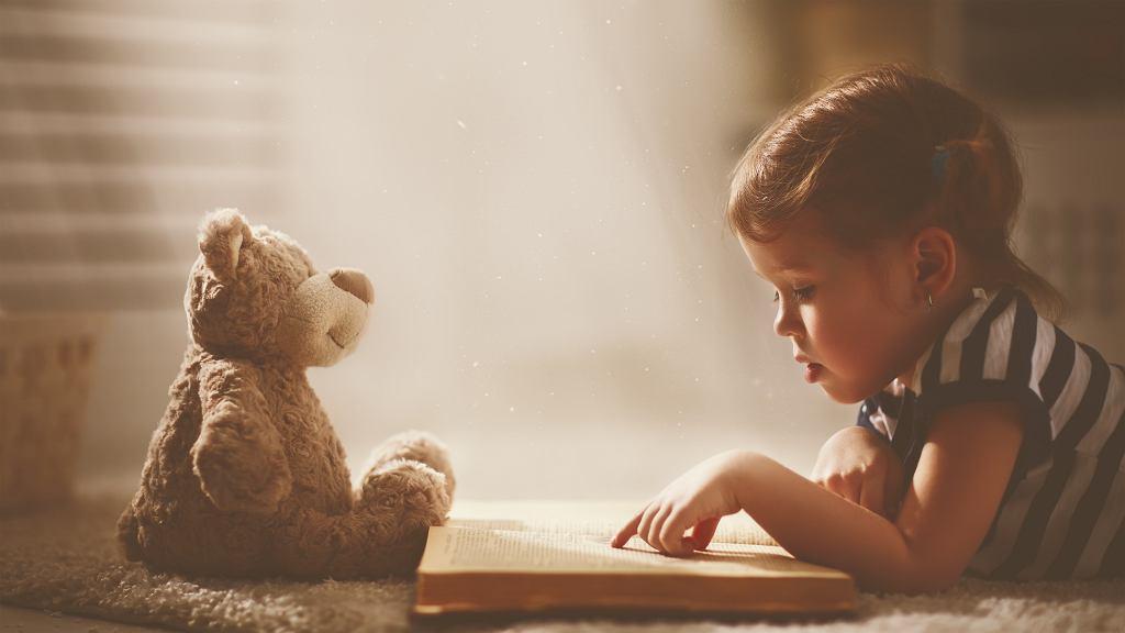 Książki dla 2-latka wspomagają prawidłowy rozwój dziecka. Zdjęcie ilustracyjne