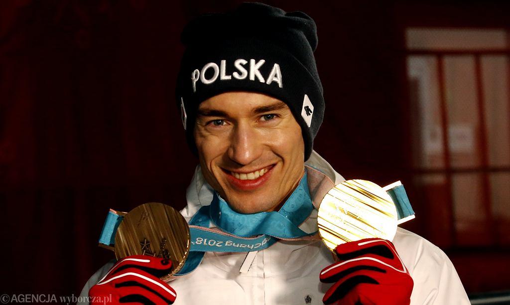Kamil Stoch prezentuje trofea - złoto w konkursie na dużej skoczni i brąz w zawodach drużynowych. XXIII Zimowe Igrzyska Olimpijskie Pjongczang 2018, 20 lutego 2018