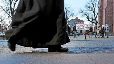 Prokuratura Rejonowa Gliwice Wschód, która prowadzi śledztwo w sprawie molestowania przez duchownego nieletnich, przedstawiła księdzu Piotrowi R. dwa zarzuty (zdjęcie ilustracyjne)