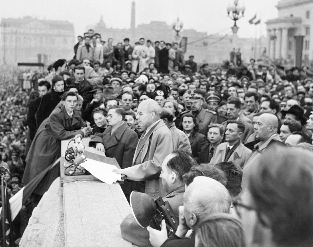Władysław Gomułka (1905-82) podczas słynnego przemówienia na placu Defilad 24 października 1956 r. Trzy dni wcześniej wrócił do władzy - został I sekretarzem PZPR. Źródłem ostrych walk frakcji w partii stały się spory o to, jak ma przebiegać destalinizacja. Inteligenccy puławianie, za którymi się Gomułka ostatecznie opowiedział, chcieli reform systemowych, liberalizacji i demokratyzacji. Plebejscy natolińczycy domagali się czystki personalnej, ale system oceniali jako dobry