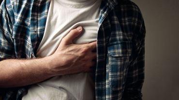 Jednym z bardziej charakterystycznych objawów choroby jest ból w klatce piersiowej