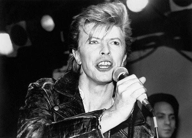 Romans Bowiego i Jaggera, rozbicie namiotu w hotelu przez Keitha Moon oraz upojna noc Zeppelinów z rekinami - to tylko nieliczne niesamowite przygody muzyków.
