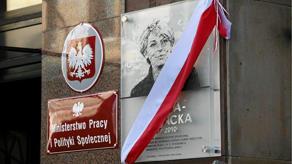 Zniszczono tablicę upamiętniającą Izabelę Jarugę-Nowacką
