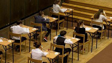 EWD nie skupia się na wynikach testów, ale postępach uczniów.  Na zdjęciu: sprawdzian szóstoklasisty