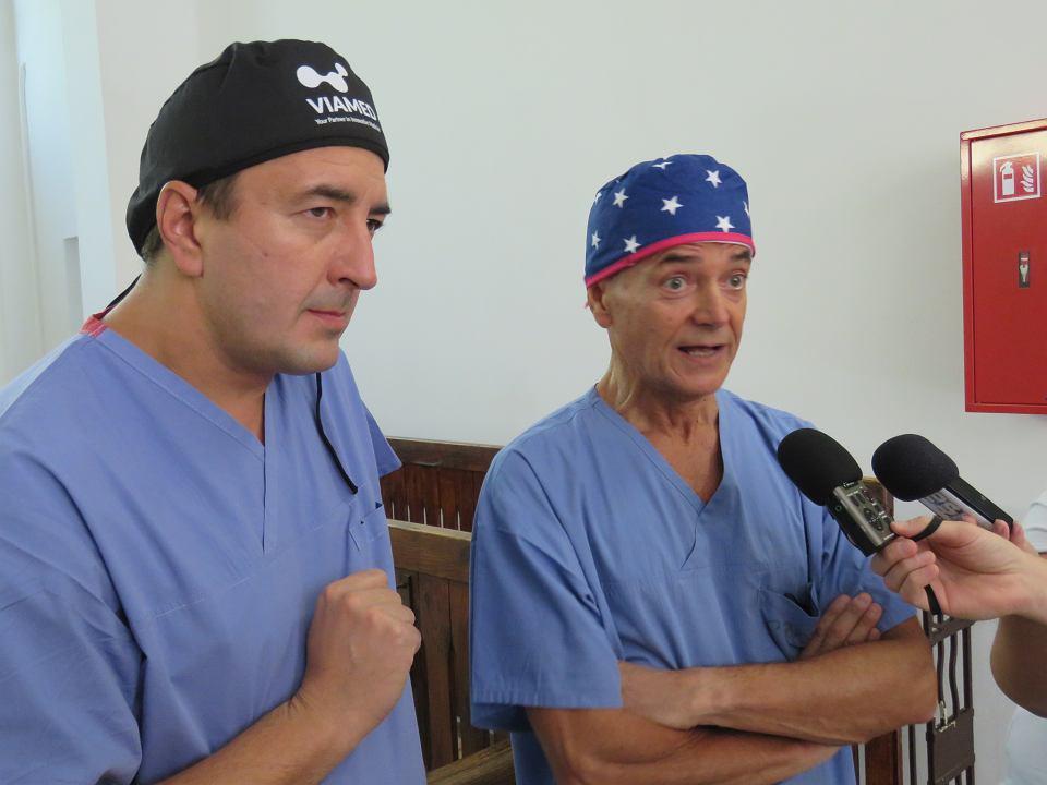 Zabiegi przeprowadził prof. Stefano Pompei, kierownik oddziału chirurgii plastycznej i rekonstrukcyjnej szpitala San Camillo w Rzymie. Operuje także w klinikach w Dubaju oraz prof. Dawid Murawa, szef chirurgii onkologicznej zielonogórskiego szpitala.