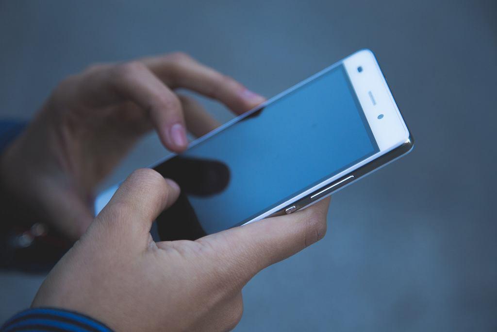 telefon komórkowy (zdjęcie ilustracyjne)