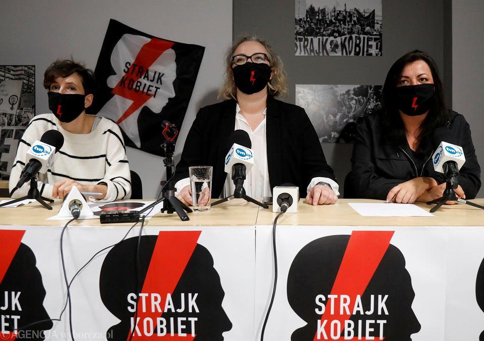 Od lewej: Klementyna Suchanow, Marta Lempart i Agnieszka Czerederecka podczas konferencji prasowej Ogólnopolskiego Strajku Kobiet w sprawie protestów po zaostrzeniu prawa aborcyjnego, październik 2010 r.