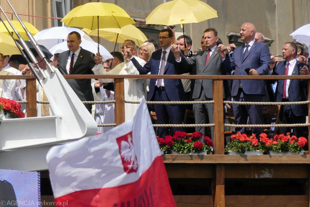 Przeor Jasnej Góry o Marian Waligóra (z lewej), premier rządu RP Mateusz Morawiecki, Mariusz Błaszczak i Joachim Brudziński podczas Pielgrzymki Rodziny Radia Maryja.