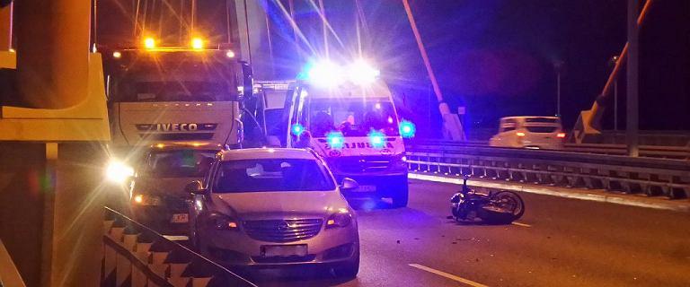 Motocyklista zginął na moście Siekierkowskim. Policja szuka kierowcy białej ciężarówki