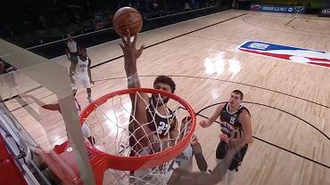 Kawhi Leonard blokujący Jamala Murraya w meczu ćwierćfinałowym fazy Play Off między Los Angeles Clippers a Denver Nuggets. Źródło: YouTube, 2020