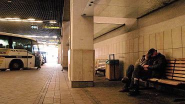Zdjęcie ilustracyjne: mężczyźni śpią na ławce na dworcu autobusowym w Krakowie