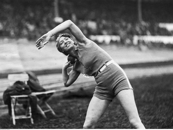 Poetka zdobyła pierwsze olimpijskie złoto dla Polski. W wielu domach obok portretu Piłsudskiego wisiało jej zdjęcie