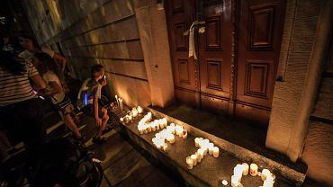 Protest w Opolu. W czwartek przed Sądem Okręgowym na pl. Daszyńskiego protestować w obronie niezależności sądów przyszło około 2 tys. osób. W piątek ich szeregi były bardziej liczne. Ludzie deklarowali, że nie odpuszczą i skandowali 'Chcemy weta!' oraz 'Wolność! Równość! Demokracja!'