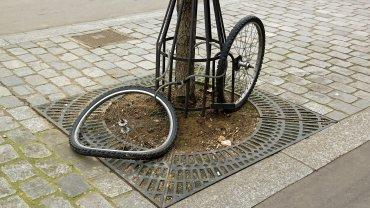 rower zapięty tylko za koło/koła - nie jest zabezpieczony