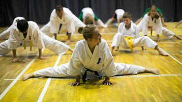 Treningi sztuk walk nie tylko wspomagają rozwój motoryczny, ale spełniają też funkcje wychowawcze