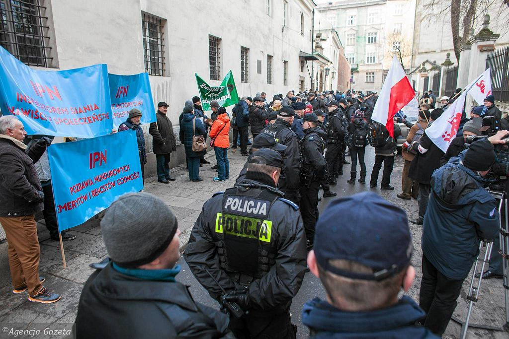 Protest pod krakowską siedzibą IPN w celu pozostawienia emerytur byłym funkcjonariuszom mundurowym