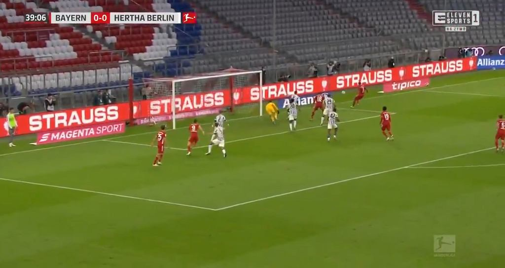 Robert Lewandowski strzela gola w meczu z Herthą Berlin