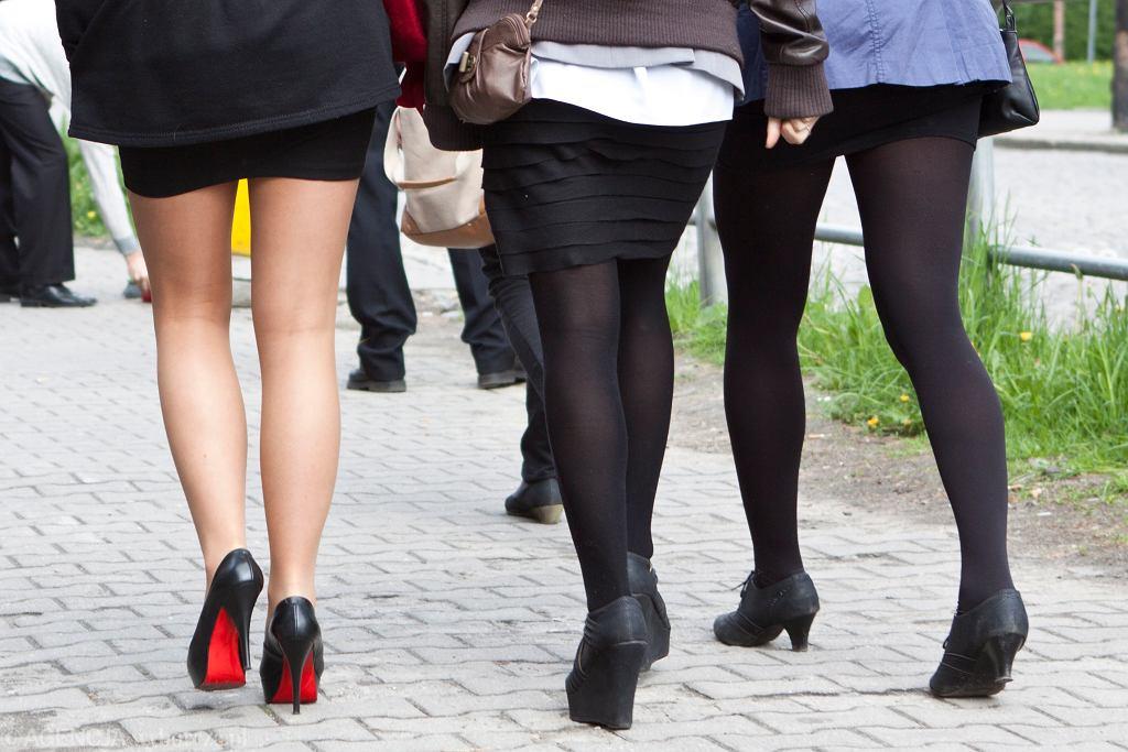 Ktoś publikuje w sieci nagrania, jak zagląda kobietom pod spódnice w polskich sklepach