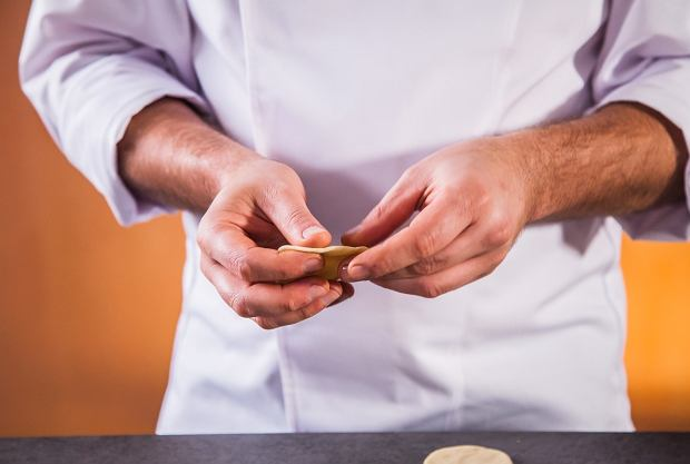 Pierogi należy dokładnie zalepić, żeby nie rozwaliły się w trakcie gotowania.