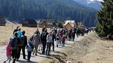 Tłumy ludzi zmierzających do Doliny Chochołowskiej