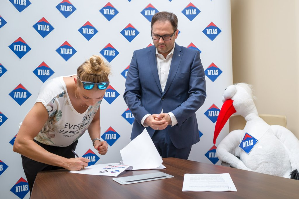 Aleksandra Urbańczyk podpisuje umowę z firmą Atlas