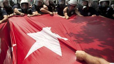 Policja powstrzymuje tłum demonstrantów wzburzonych śmiercią Ethema Sarisuluka, który protestował w obronie stambulskiego parku Gezi. Ankara, 16 czerwca 2013 r.