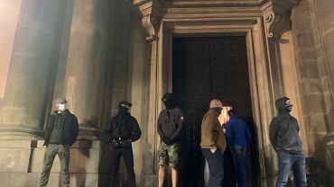 Pilnujący kościoła Świętej Anny w Krakowie podczas protestu kobiet