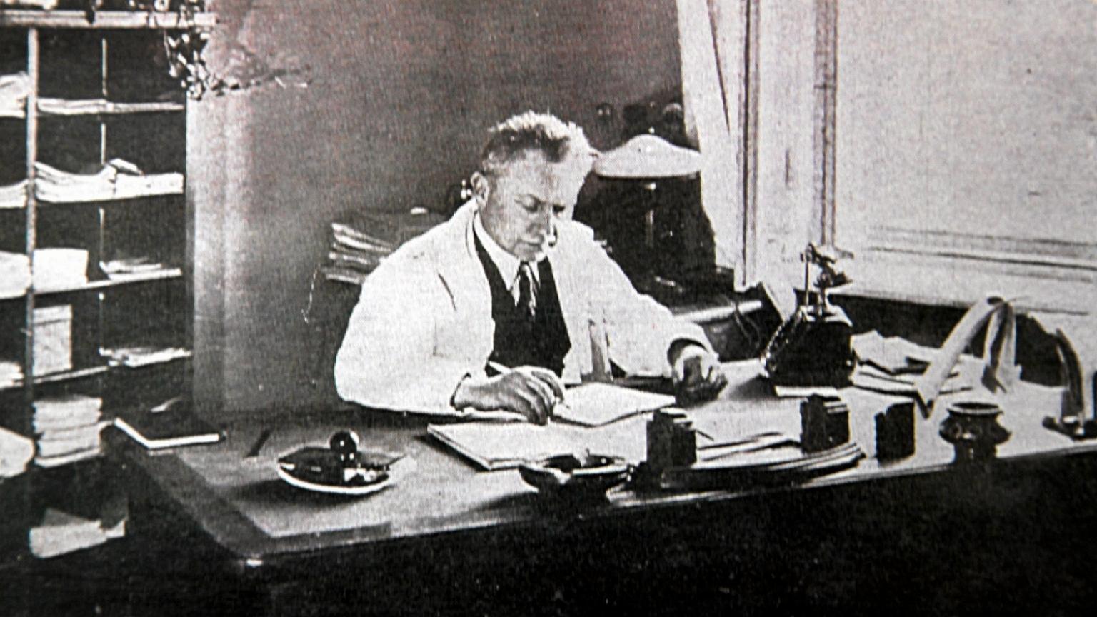 Ludwik Hirszefld w swoim gabinecie na Uniwersytecie Wrocławskim