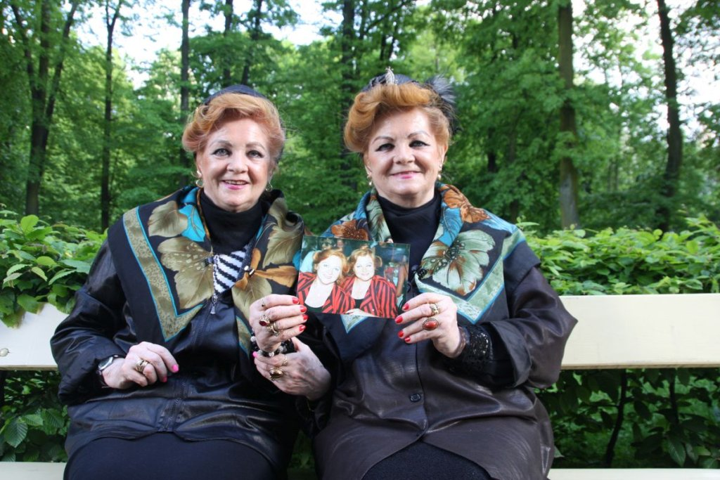 Lonia (z lewej) i Bronia na ławeczce w Ogrodzie Saskim