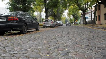 Warszawa, Targówek, ul . Lusińska . Jedna z ostatnich brukowanych ulic w Warszawie .