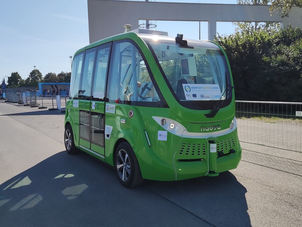 Autonomiczny autobus na drodze