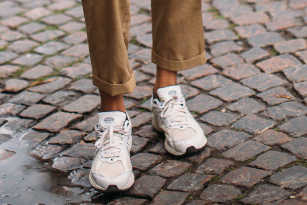 Białe sneakersy to hit jesieni